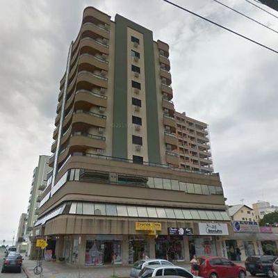 Apartamento de 03 dormitórios na quadra do mar em Meia Praia
