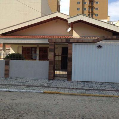 Casa de aluguel de temporada com 03 dormitórios em Meia Praia