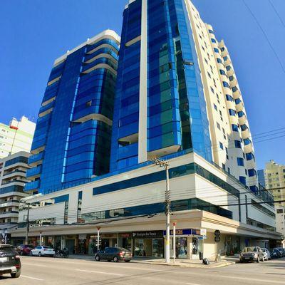 Apartamento para locação de temporada com 03 suítes em Meia Praia.