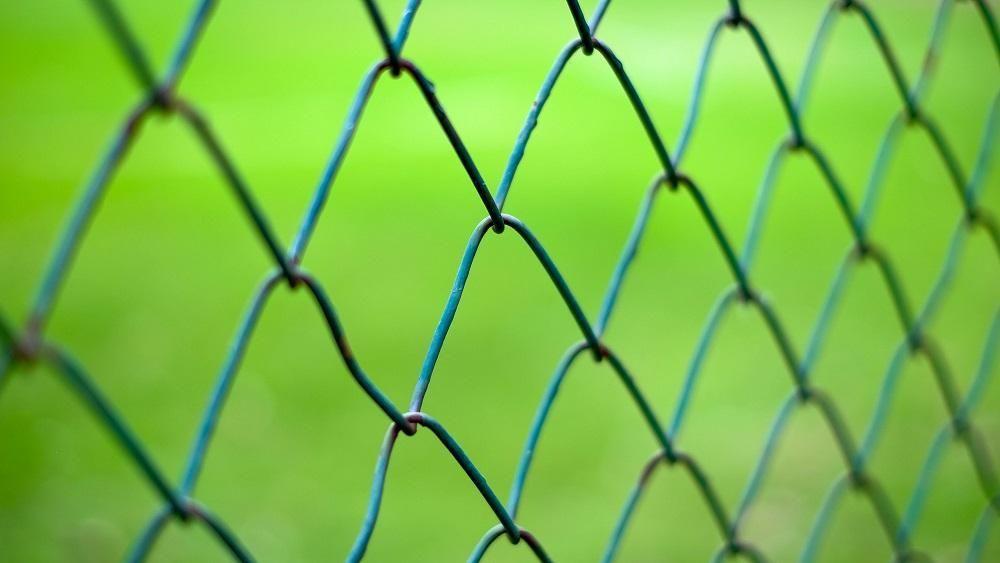 Entenda os benefícios do cercamento com alambrado