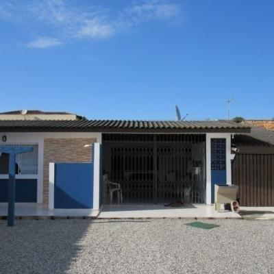 Casa c/ amplo terreno, 1 suíte + 2 quartos, 400m do mar. Rua 980.