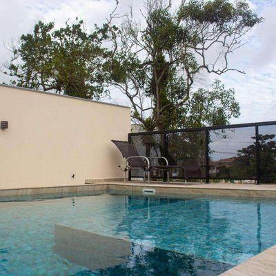 ► Casa c/ 163m², c/ 01 suíte + 02 quartos. Área de lazer c/ piscina no terraço - Balneário Cambiju
