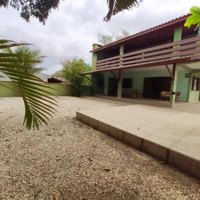 Locação de Temporada: Sobrado na Barra do Saí com 5 dormitórios para 14 pessoas!!!