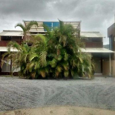 Casa no Estaleirinho com 03 Suítes na Quadra Mar