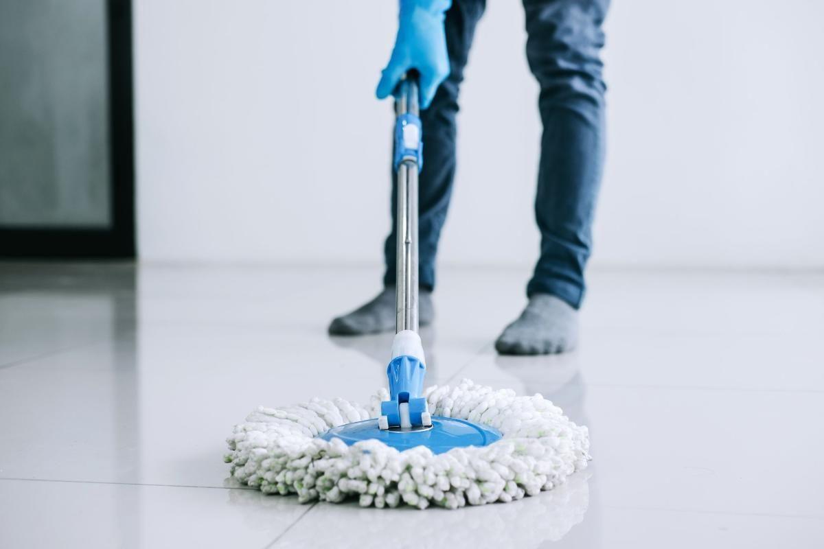 Como limpar 7 tipos de pisos diferentes com poucos produtos de limpeza?