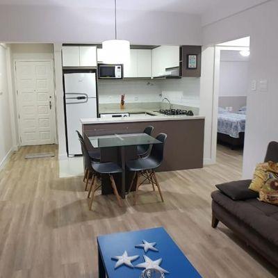 Apartamento próximo À Praia com 2 Quartos e Vaga Rotativa Reformado e Mobiliado Elevador