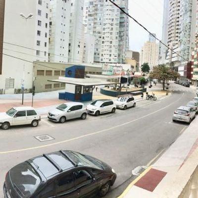 Apartamento diferenciado a 2 minutos da Praia 2 quartos e vaga Rotativa centro de Balneário Camboriú SC