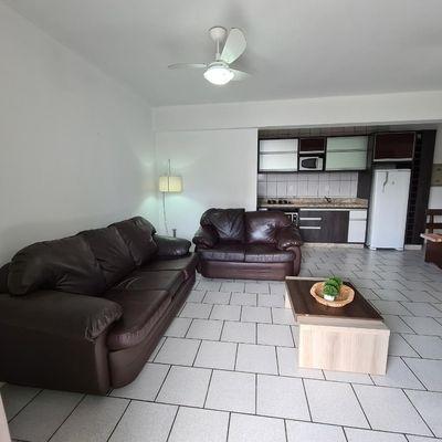 Apartamento com 2 dormitórios frente avenida praia de Bombas