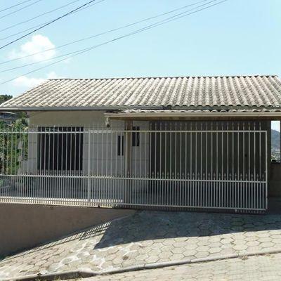 Casa de alvenaria com terreno medindo 336 m²