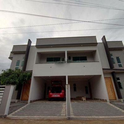 Geminado com 3 quartos e 2 banheiros na Vila Nova