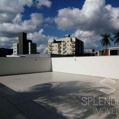 Apartamento semimobiliado com amplo terraço no Centro