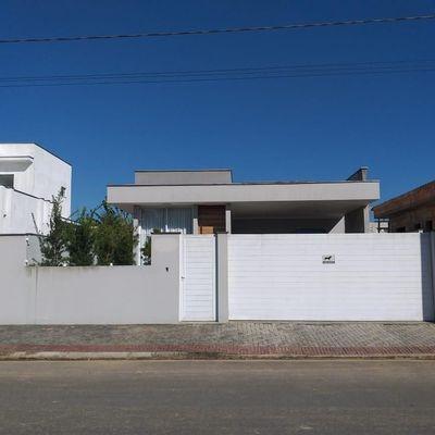Casa com excelente padrão na Barra do Rio Cerro