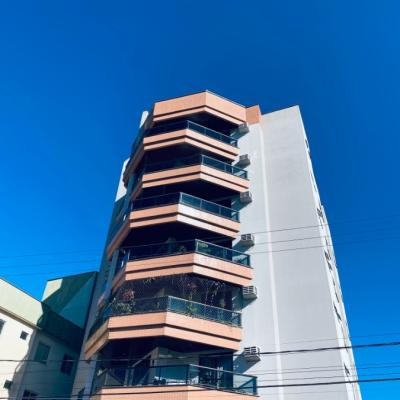 Apartamento semimobiliado no centro da cidade