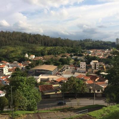 Lote de terra para venda - Terreno com aproximadamente 320 m² em declive com vista indevassável para o verde - Rua trezentos e trinta, Monte Castelo, Volta Redonda - RJ