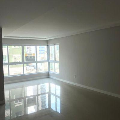 Apartamento de 03 dormitórios sendo 01 suíte 02 Demi 02 vagas de garagem privativa.