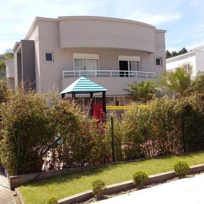 Casa em condomínio fechado com 04 suítes e 03 vagas de garagem