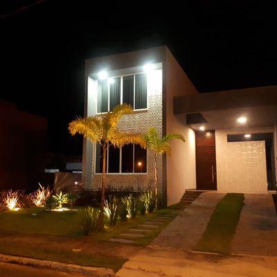 Casa em condomínio fechado de 04 dormitórios sendo 04 suítes e 03 vagas de garagem privativa.