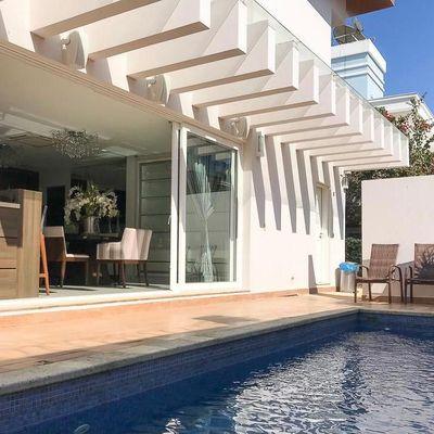 Casa de alto padrão em condomínio fechado na Praia Brava