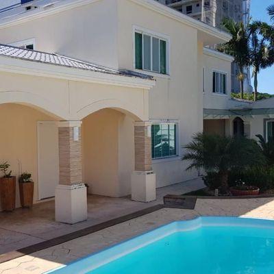Casa com 04 suítes, jardim e piscina privativa e 04 vagas de garagem