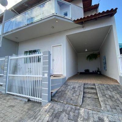 Casa sobrado na Rua Peru- 04 dormitórios sendo 01 suíte e 02 vagas de garagem.