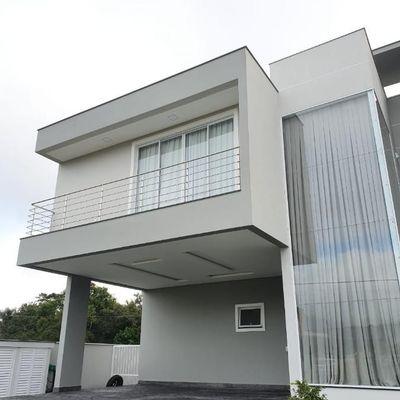 Linda casa em condomínio fechado com 03 suítes, 04 vagas de garagem e piscina privativa!