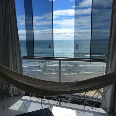 Apartamento frente mar com 02 dormitórios  + dependência de empregada com banheiro e  01 vaga de garagem