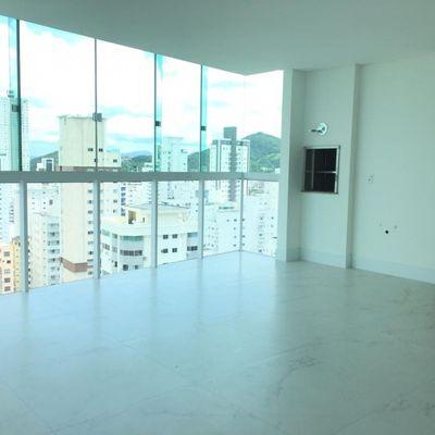 Apartamento com 04 dormitórios sendo 02 suítes e 02 vagas de garagem privativa