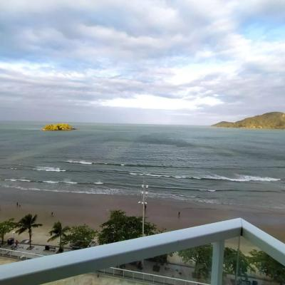 Locação de Temporada. 03 dormitórios sendo 01 suíte frente ao mar em região central