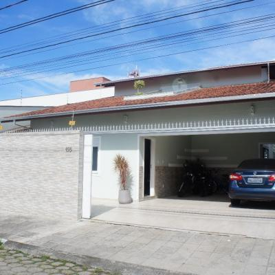 Casa Mobiliada em Balneário Camboriú com 4 Suítes Salas Amplas Piscina Churrasqueira
