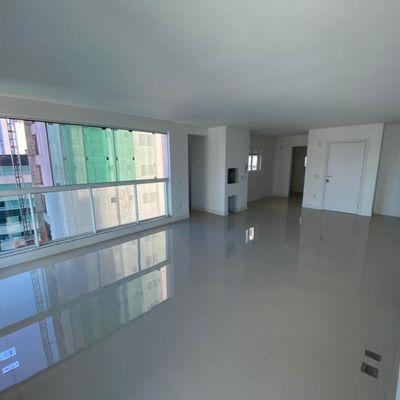 Apartamento novo a aproximadamente 200 metros da praia com 3 suítes + 2 vagas de garagem e vista para o mar!