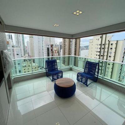 Apartamento finamente mobiliado com 3 suítes + 2 vagas de garagem na Barra Sul
