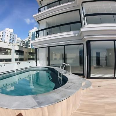 Apartamento diferenciado com piscina privativa no centro de Itapema