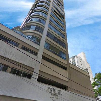 Apartamento no centro de Balneário Camboriu com 03 dormitórios sendo 01 suíte + sacada com churrasqueira