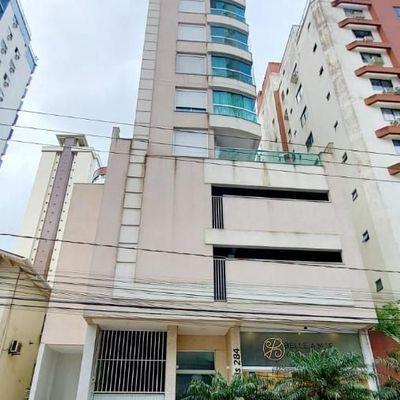 Apartamento mobiliado e diferenciado com terraço + 3 dormitórios (sendo 02 suítes) + 2 vagas de garagem