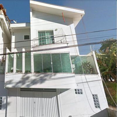 Sobrado com 3 dormitórios, sendo 1 suíte + sacada com churrasqueira no bairro Ariribá em Balneário Camboriu