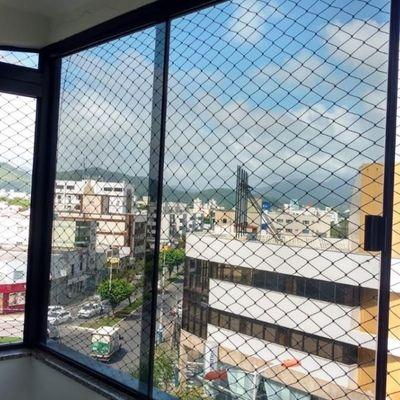 Apartamento à venda 03 dormitórios e 02 banheiros semi mobiliado em ótima localização em Balneário Camboriú