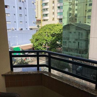 MOBILIADO - 02 dormitórios em rua reta ao mar na região central de Balneário Camboriú