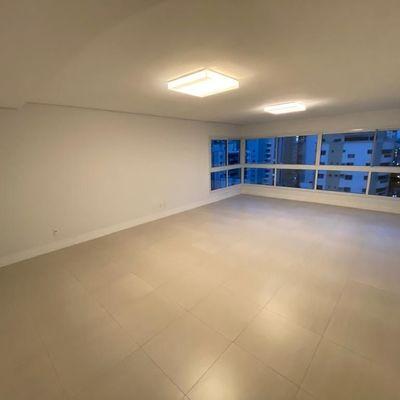 Apartamento semi mobiliado na quadra mar de Balneário Camboriu com 3 suítes (1 com sacada) + 3 vagas de garagem