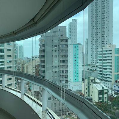 Apartamento mobiliado com 2 dormitórios (sendo 1 suíte) + 2 vagas de garagem + sacada com churrasqueira no centro de Balneário Camboriu