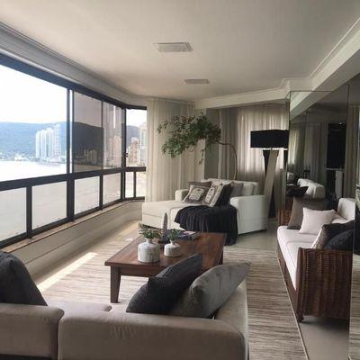 Apartamento à venda em Balneário Camboriú Frente para o mar com 4 suítes sendo 1 master com closet  Dependência de Empregada e 3 Vagas de Garagem