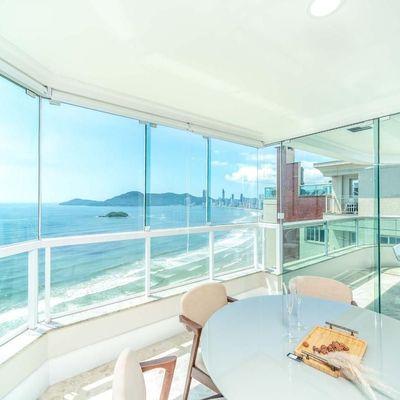 Apartamento decorado com vista para o mar + 3 suítes + varanda gourmet + 3 vagas de garagem em Balneário Camboriu