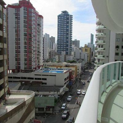 Apartamento com 3 suítes (sendo 1 master com sacada) + 3 vagas de garagem + churrasqueira no centro de Balneário Camboriu