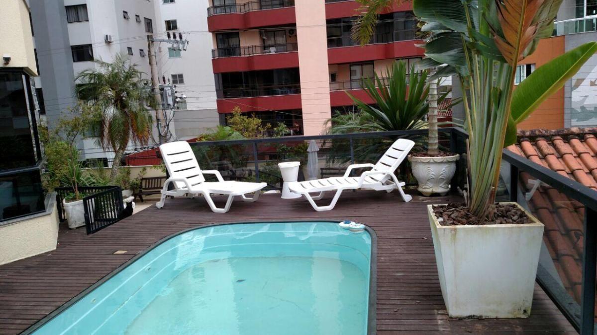 Diferenciado com piscina privativa no coração de Meia Praia em Itapema