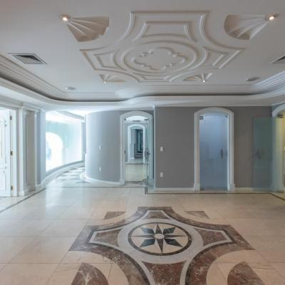 Ampla sala comercial com lavabo + cozinha + 4 vagas de garagem no centro de Balneário Camboriu