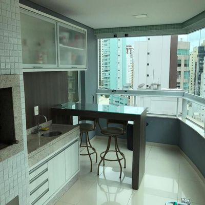 Apartamento com 3 suítes + sacada com churrasqueira + 2 vagas de garagem no centro de Balneário Camboriu