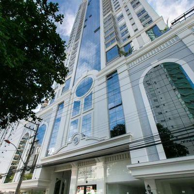 Apartamento alto padrão com 4 suítes 1 sendo master com hidromassagem + 2 vagas de garagem no centro de Balneário Camboriu