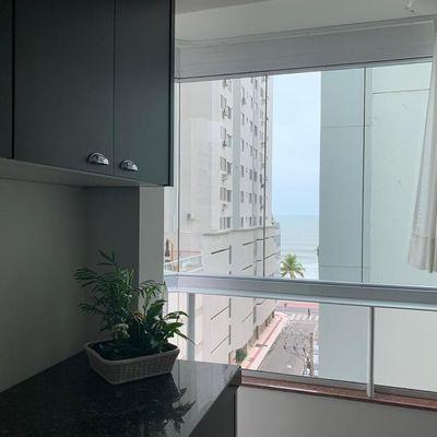 Apartamento com 1 suíte + 2 demi na quadra do mar a poucos metros da praia no centro de Balneário Camboriú