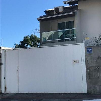 Sobrado semi-mobiliado com 3 dormitórios (1 sendo suite) + churrasqueira + 3 vagas de garagem no bairro Vila Real