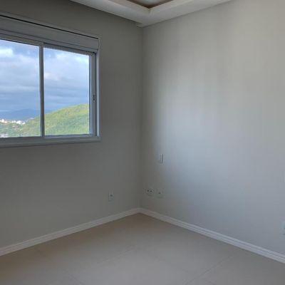 Apartamento com 4 dormitórios (2 suítes + 2 demi) + sacada integrada com churrasqueira + 3 vagas de garagem no centro de Balneário Camboriu