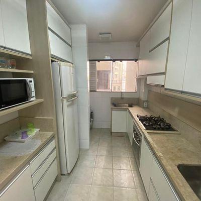 Oportunidade! Apartamento mobiliado a 50m do mar com 2 dormitórios + 1 vaga privativa em ótima localização em Balneário Camboriu